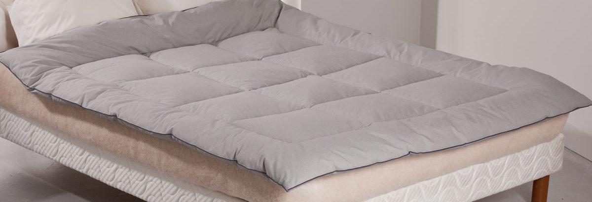 Edredon disposé sur un lit double