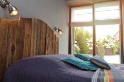 chambre avec tête de lit en planches