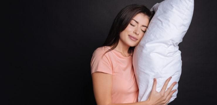 Femme qui essaye un oreiller