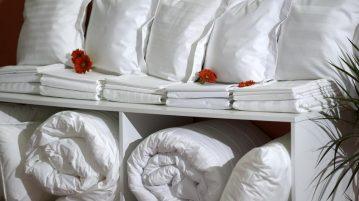 Linge de lit entreposé sur une étagère