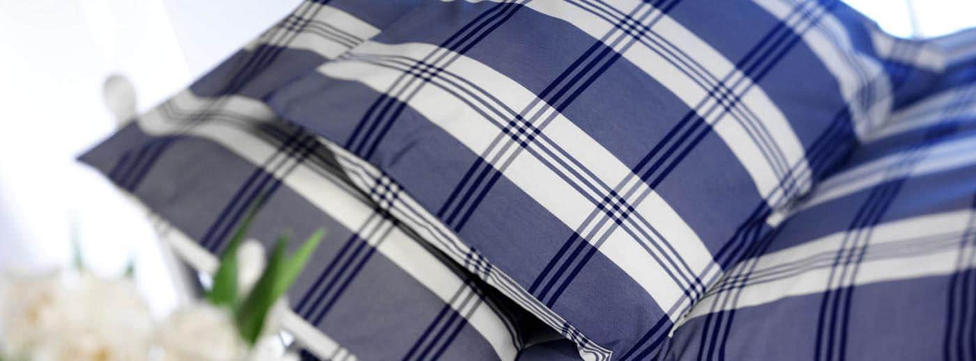 oreillers à carreaux posé sur un lit
