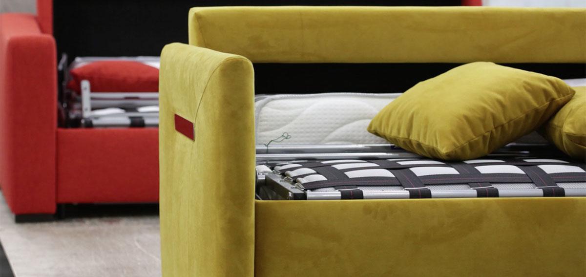 un canapé convertible vers anis au premier plan et au deuxième plan un canapé lit rouge