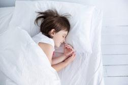 Enfant fille dans son lit