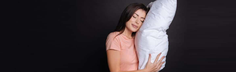 Une femme testant le meilleur oreiller